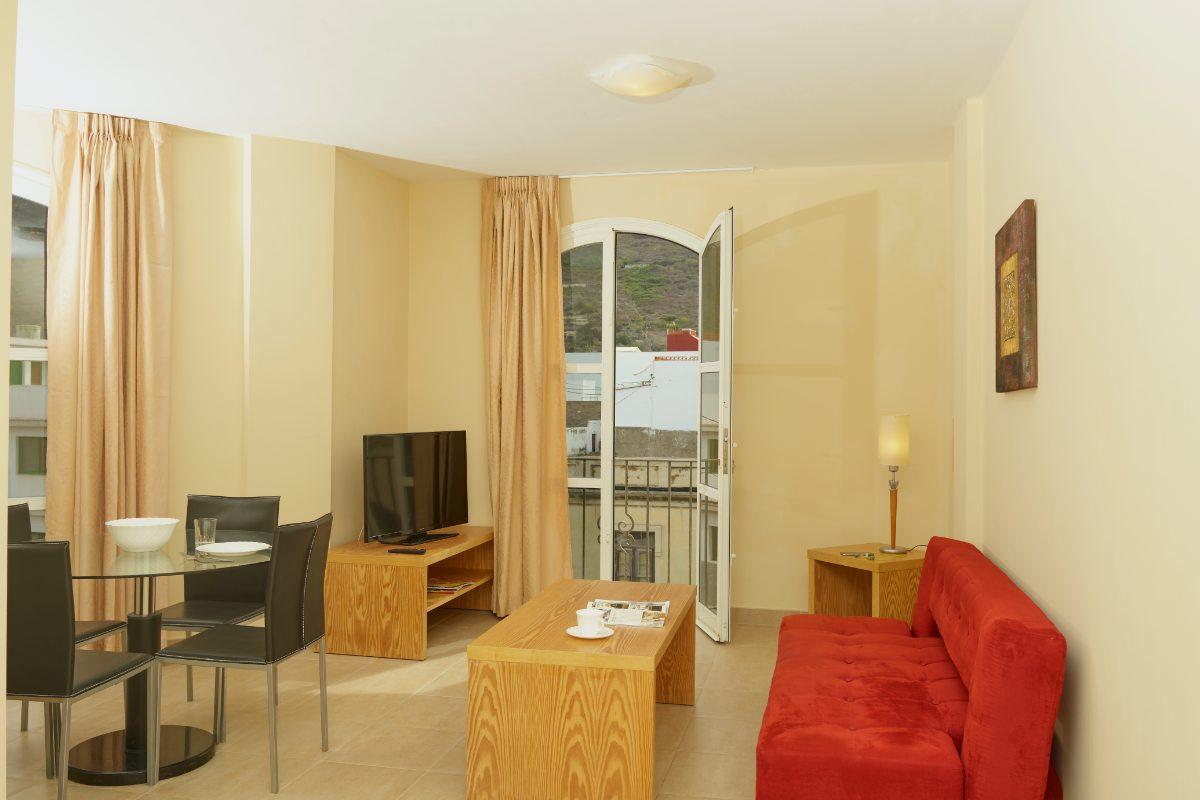 Апартаменты с двумя спальнями и балконом (2-5)
